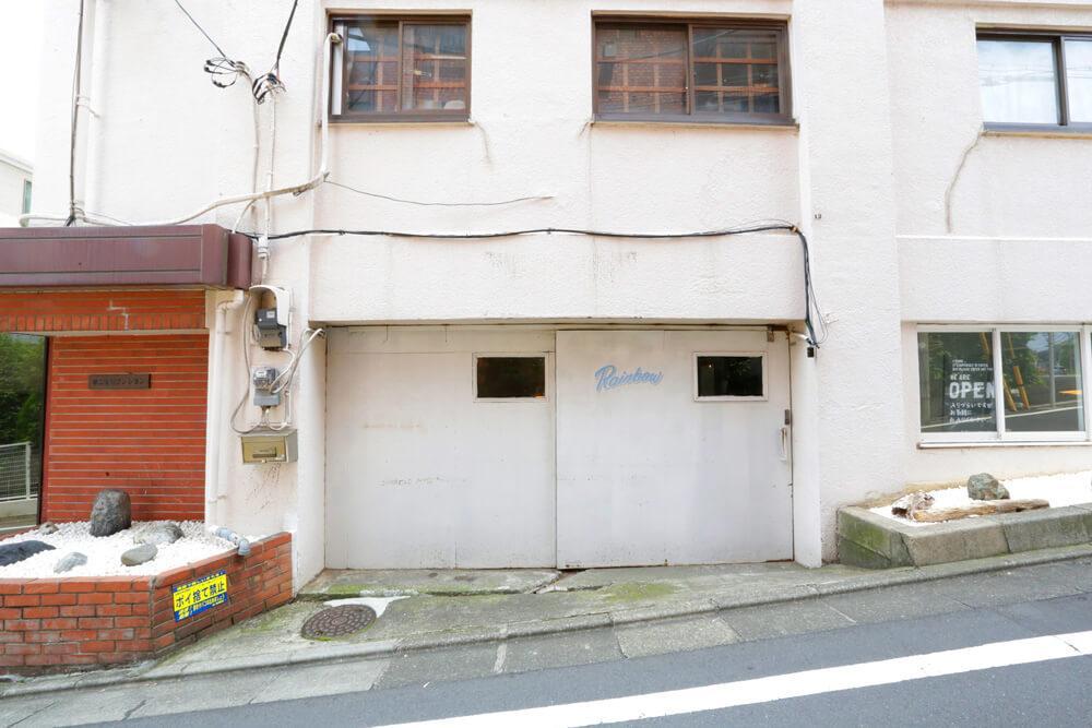 入り口は大きな鉄の引戸になってます。