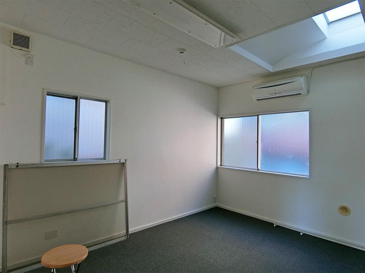 7畳の小部屋。こちらの部屋は暗いので、昼間も照明が必要です