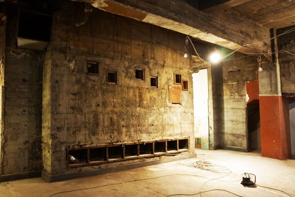 小さな開口の奥に映写室がありました。
