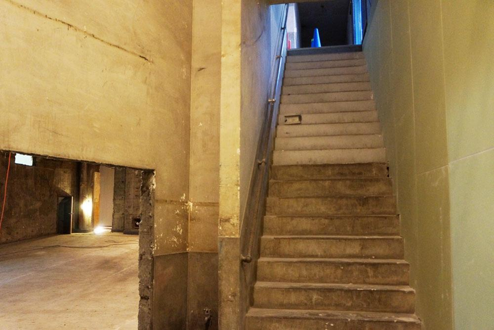 地上から地下に降りる階段。