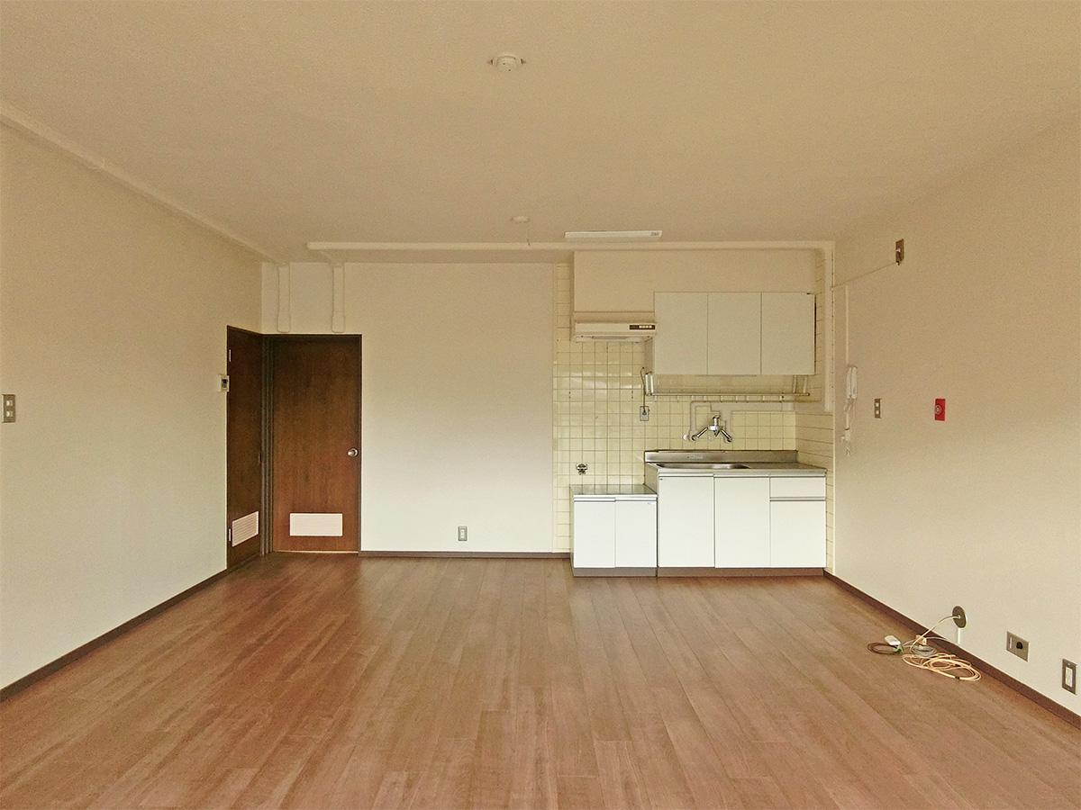 バルコニーからキッチン方向(床はフロアタイル)