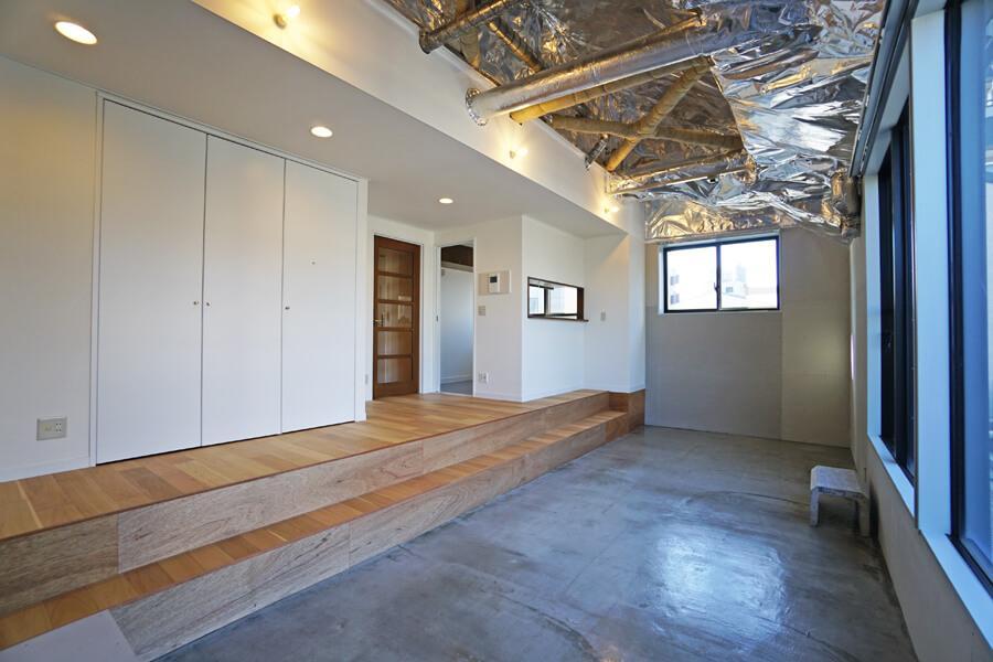 左側の扉は収納。寝室の収納に入りきらない分をこちらに入れると良さそう。