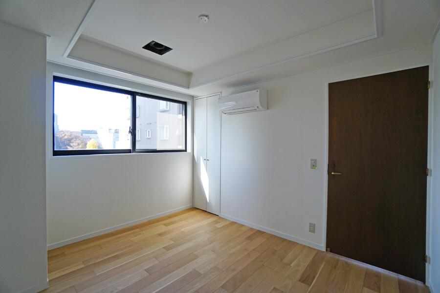 寝室。収納は小さめなので、お気に入りの収納家具をお持ちいただければ。