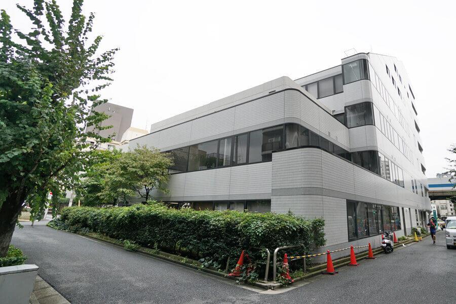 外観。1〜4階はオフィスビルで、5、6階が住宅です。