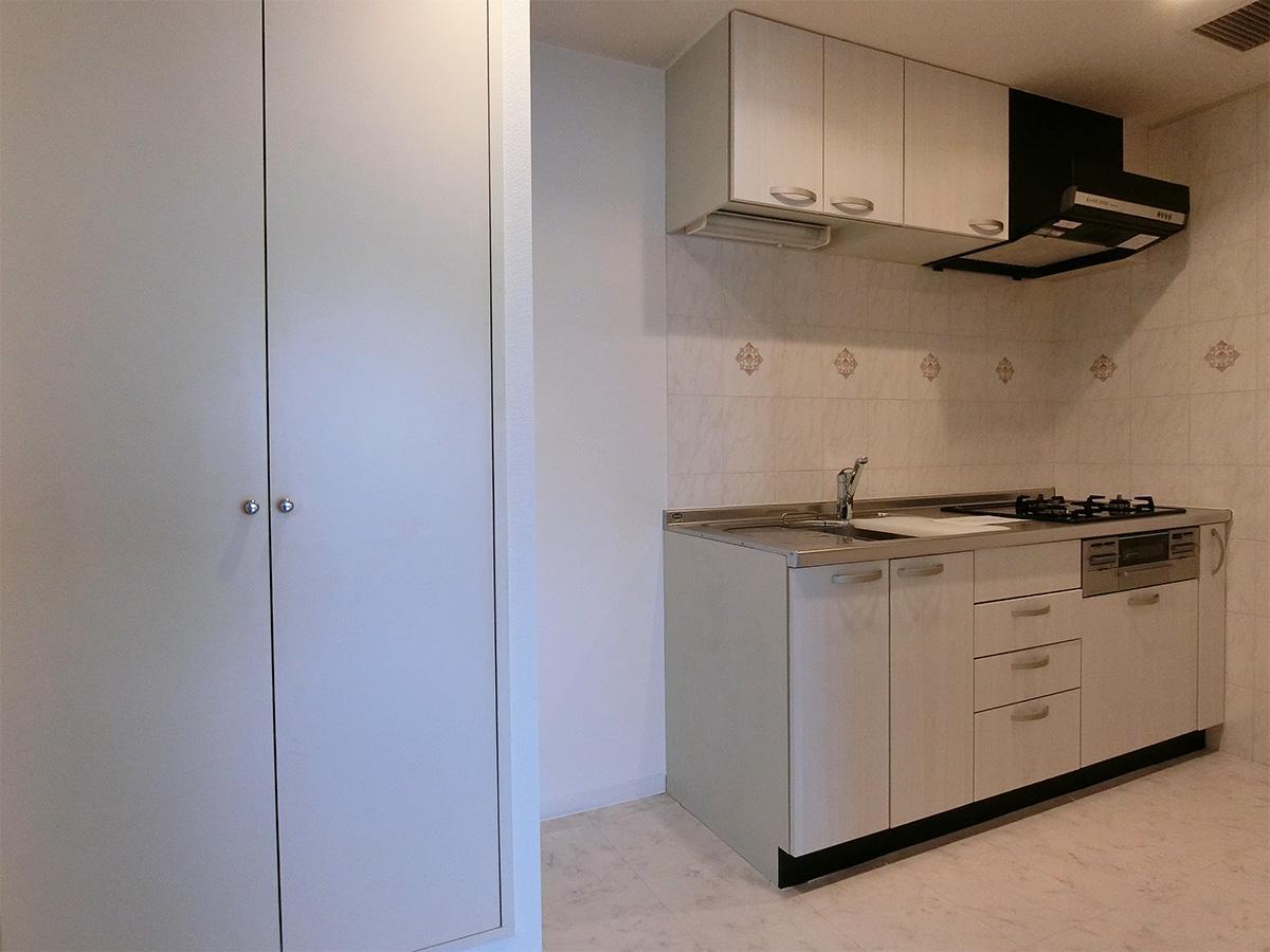 ゆとりあるキッチン。扉の中は洗濯機置き場