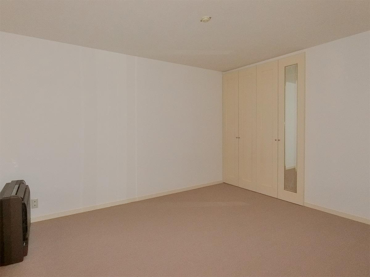 玄関側のサービスルームは作業場や物置、会議室として