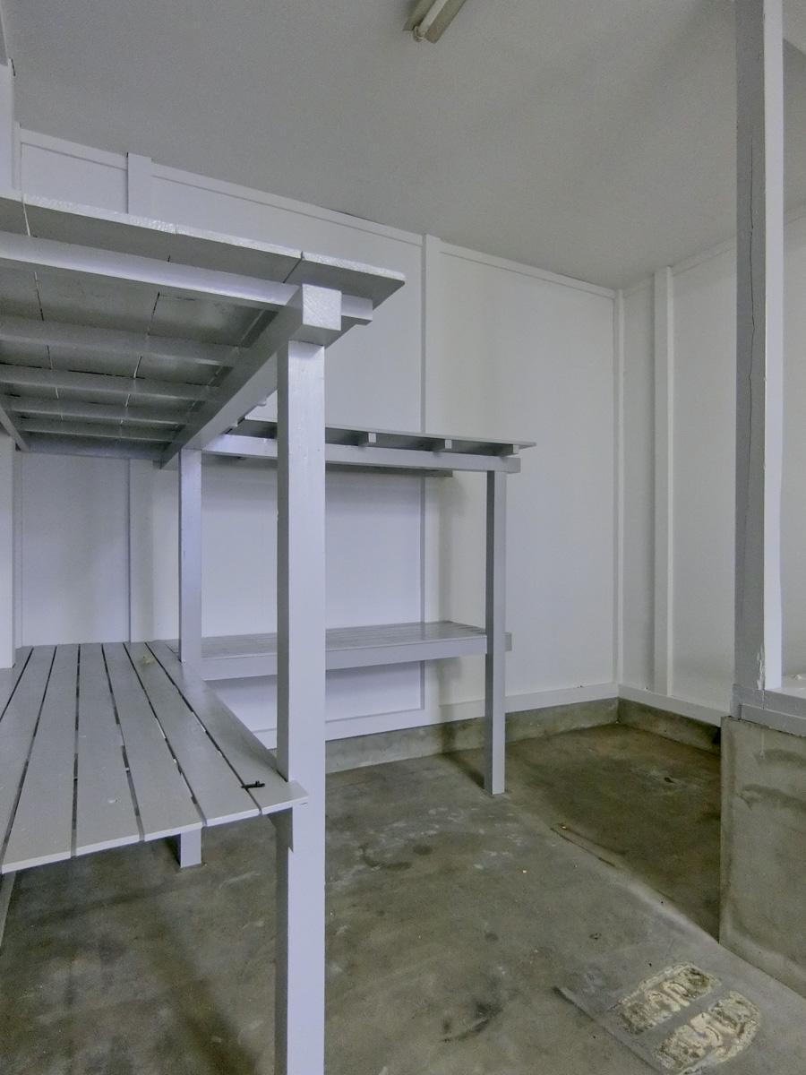 奥の部分は、倉庫として使えるように棚が設置されています