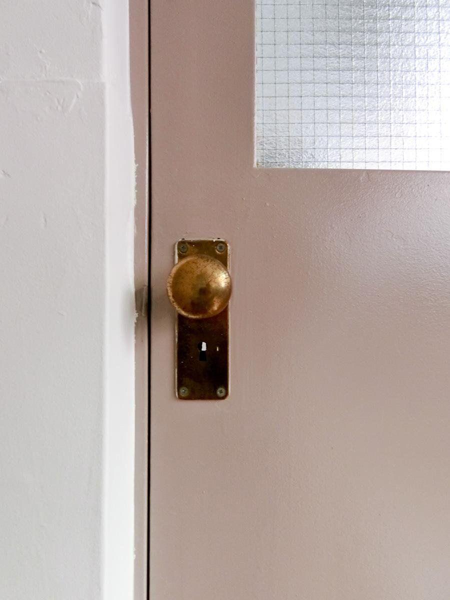 レトロなドアですが、セキュリティの不安も残るところ。。
