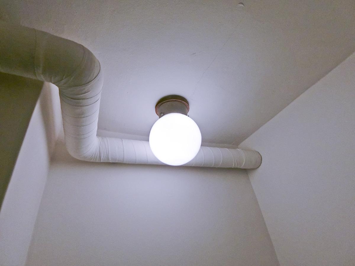 トイレに設置されていた、既存のガラスボール照明