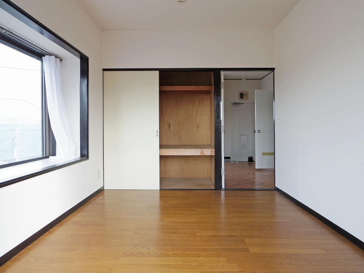 洋室と和室それぞれに収納がある