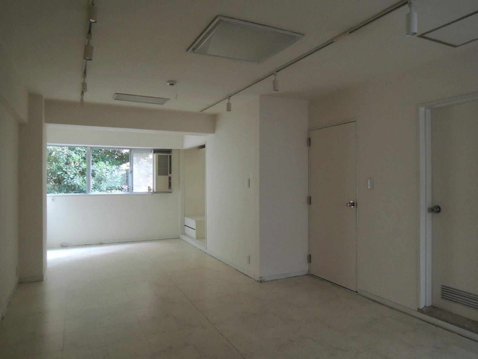 右側に寝室とバスルームが並びます。