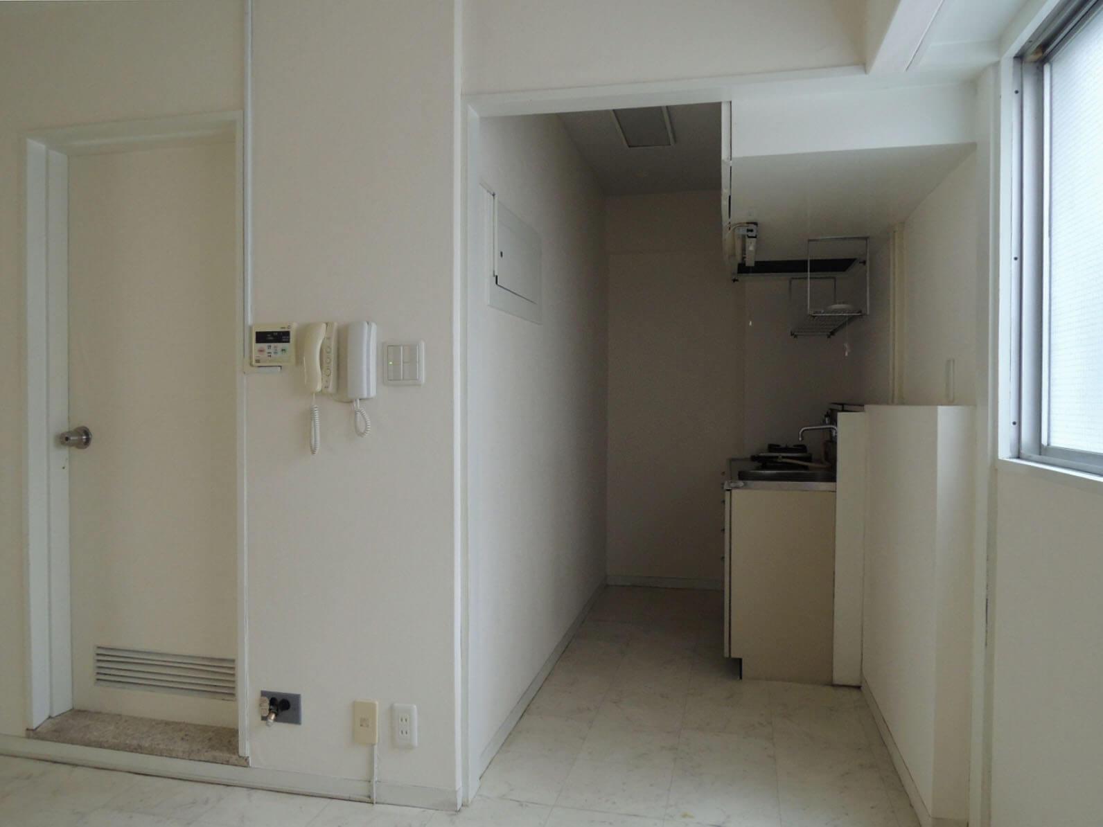玄関を入ると正面にキッチン、左の扉がバスルーム。