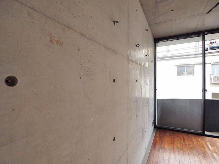 ピーコン穴をいかして、壁に棚やフックが取り付けられる
