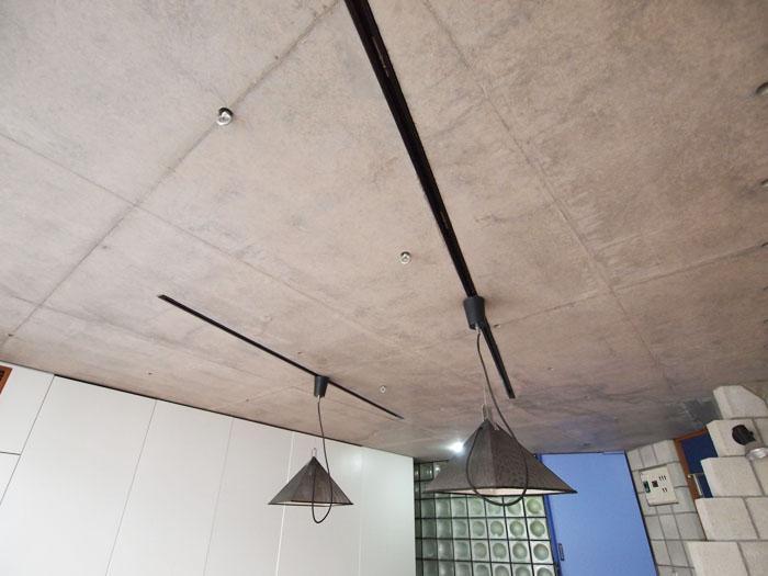 天井にもフックつき。ライティングレールに照明を足してもいい