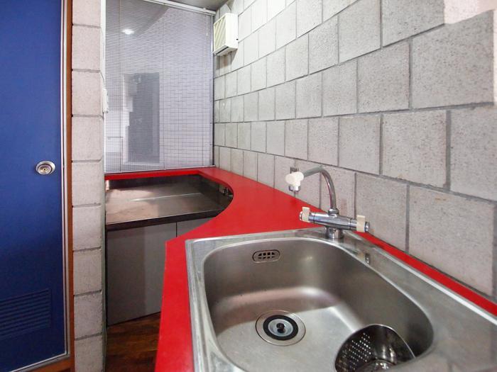キッチン。コンパクトなスペースに工夫して設置されている