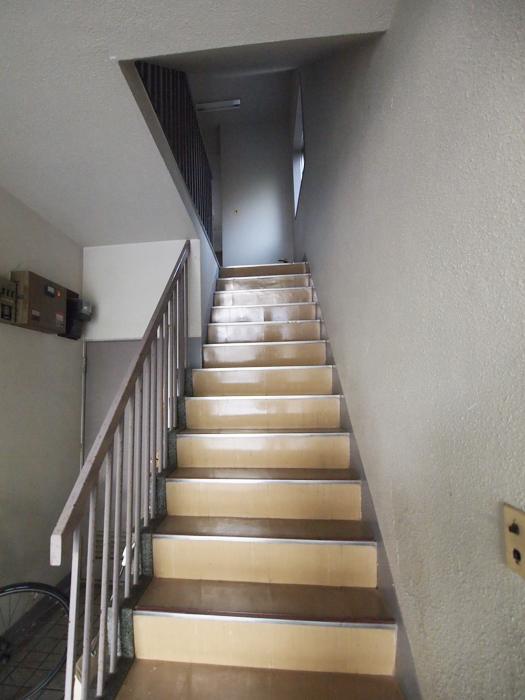 共用階段はレトロなまま