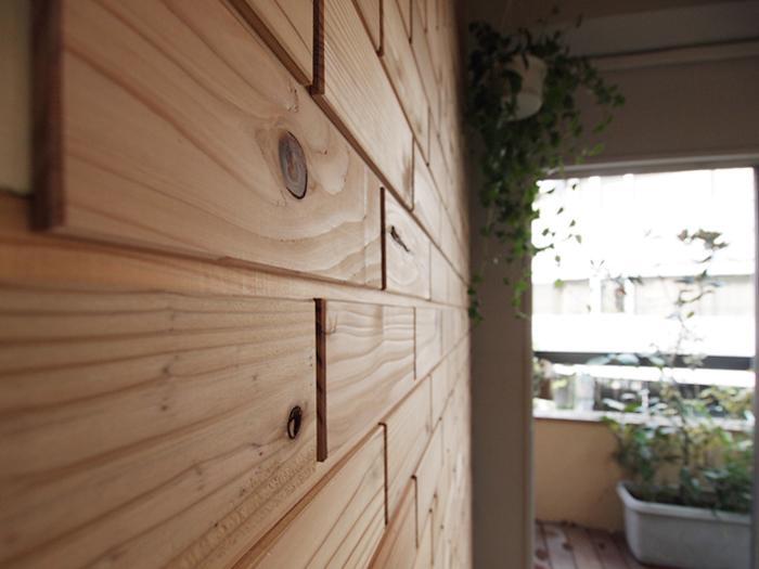 間伐材でつくった木のブロックの壁が印象的な内装