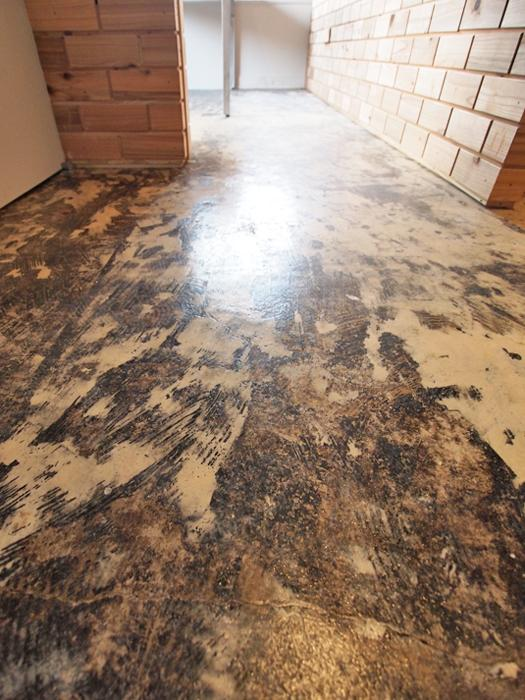 床はコンクリート。糊の跡が特徴的。