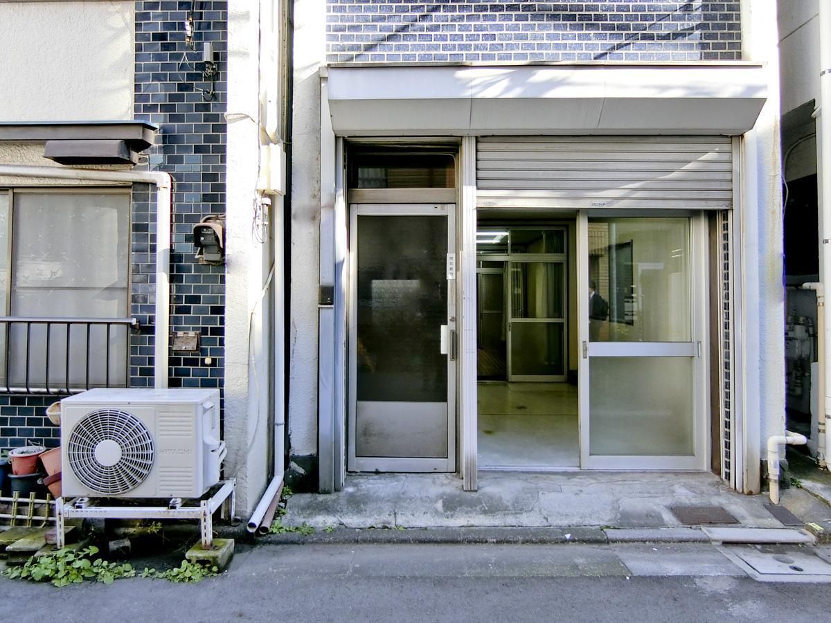 1階店舗入り口のすぐ左隣には、上の階の住居専用の階段があります