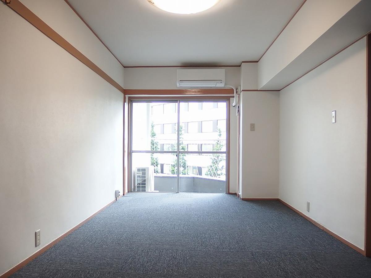 東側の約13畳の洋室