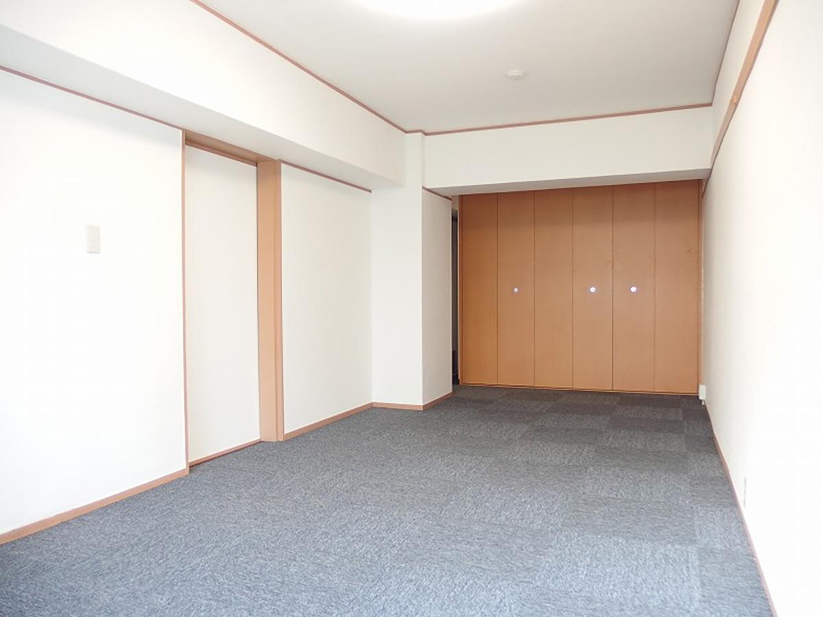 壁紙にカーペットのシンプルな内装