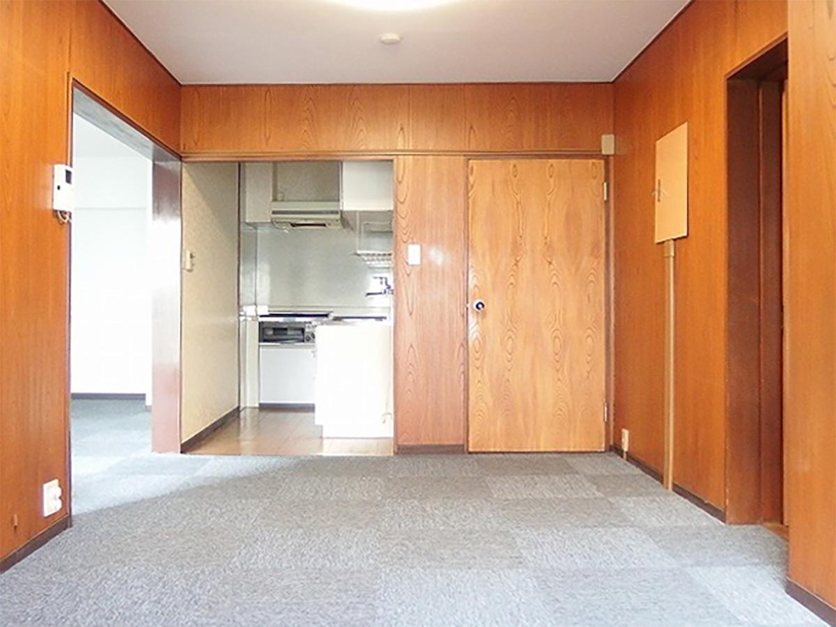 右の扉は玄関につながる