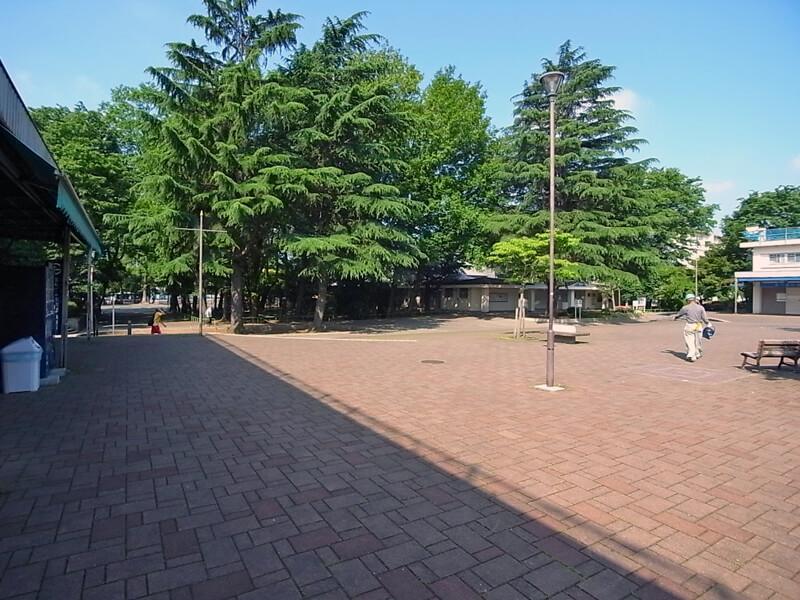 団地中央部にある商店街と広場。