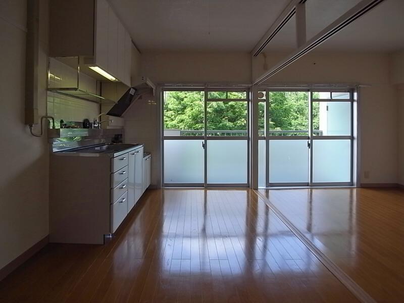 キッチンとリビングの仕切りを取ると気持ちいい空間に。