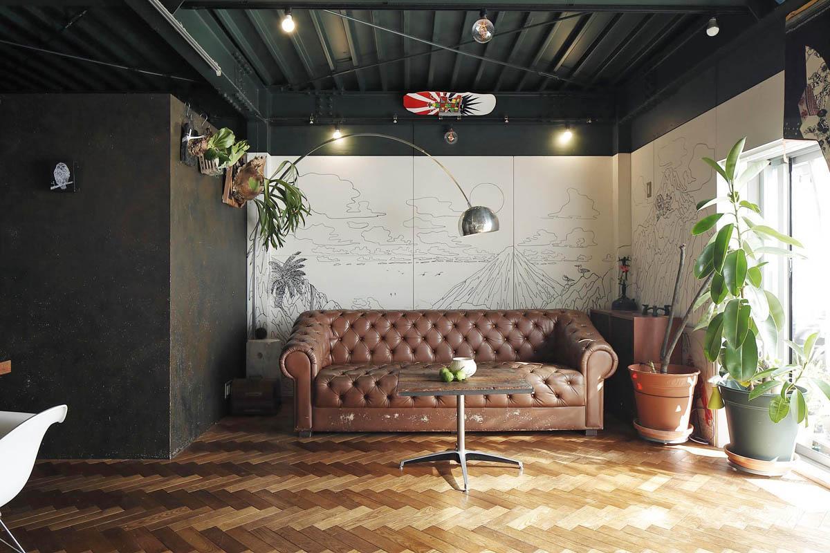 リビング壁面には狩集広洋さんの一発描き