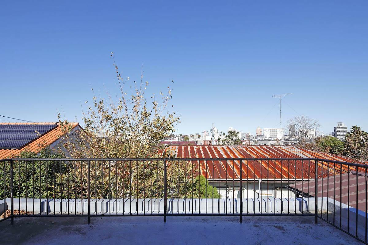 3階のルーフバルコニーからは新宿方面に抜ける眺めが