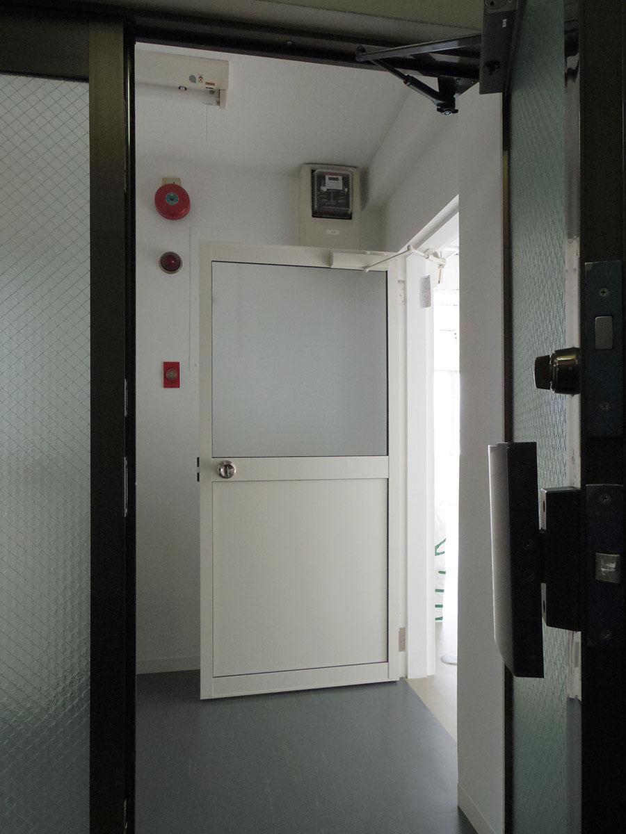 2階は2部屋のみ。手前のドアは隣のテナントも使用します