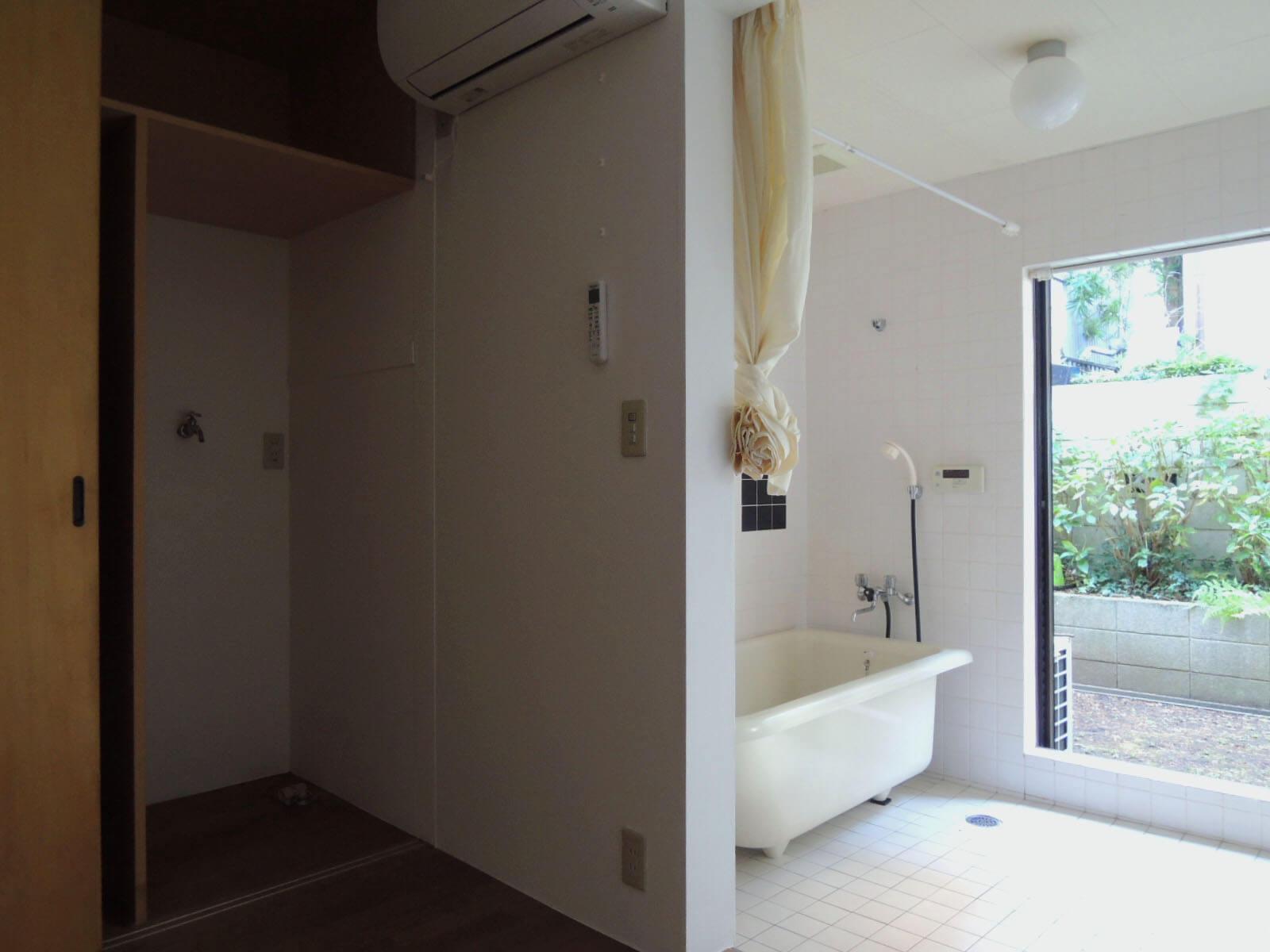 1階奥、意表をつくお風呂場にびっくり。