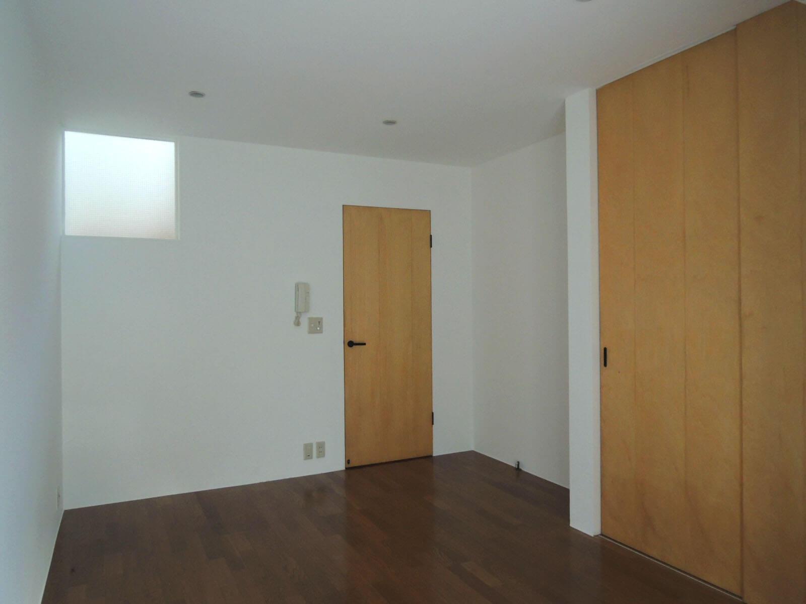 ドアの先は玄関と階段。右手収納の中には洗濯機置場も。