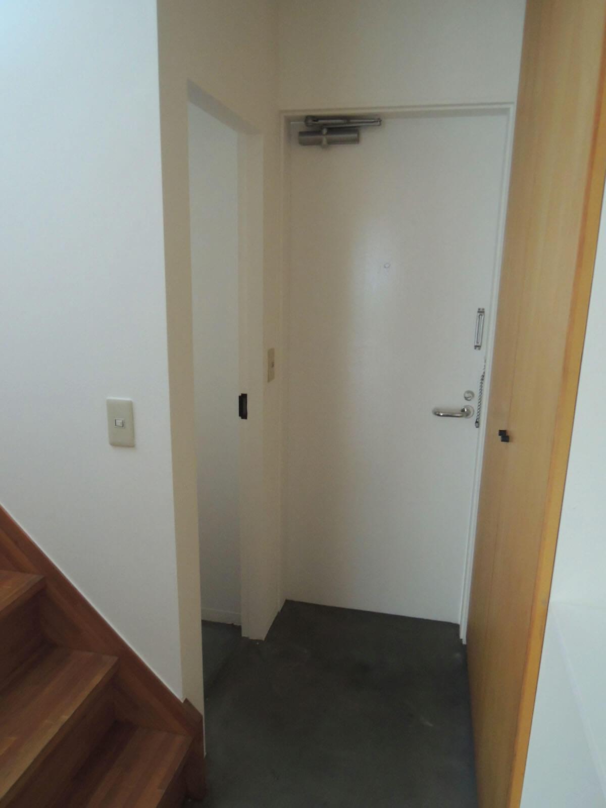 寝室から玄関へ。階段とトイレが左手に並ぶ。