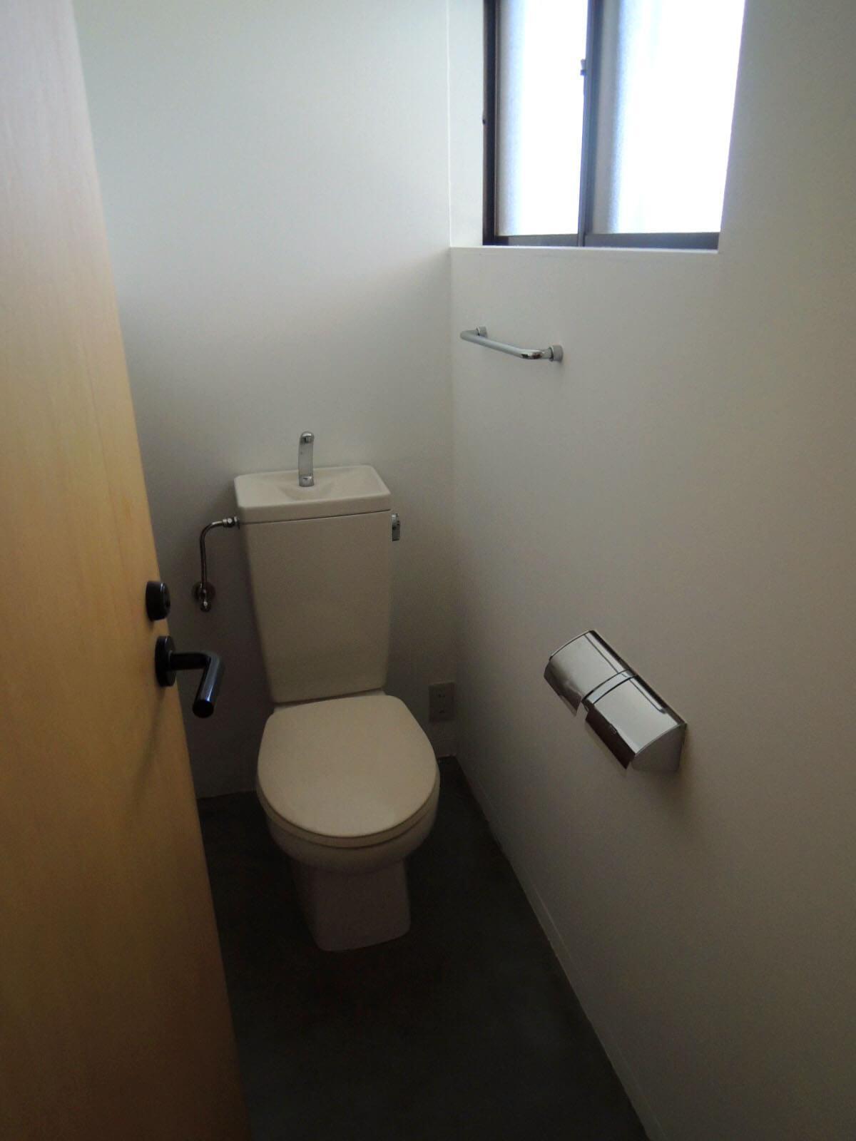 窓のあるトイレ。左側階段下にも収納あり。