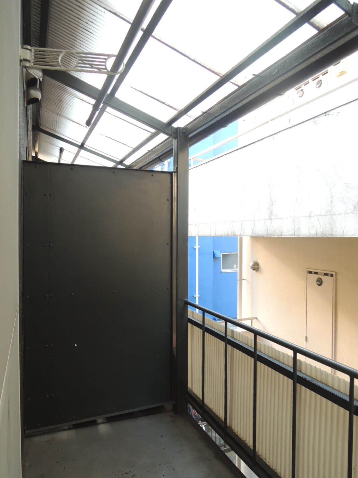 元は共用廊下だった2階のバルコニー。