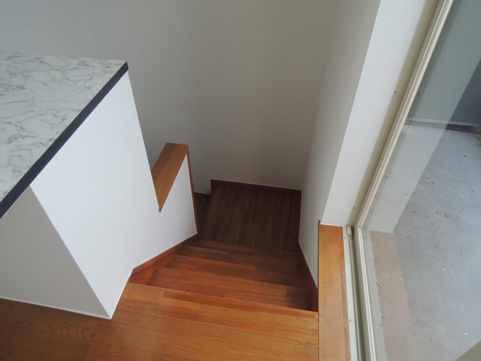階段の下り口。右がバルコニー、左に大理石風テーブル。