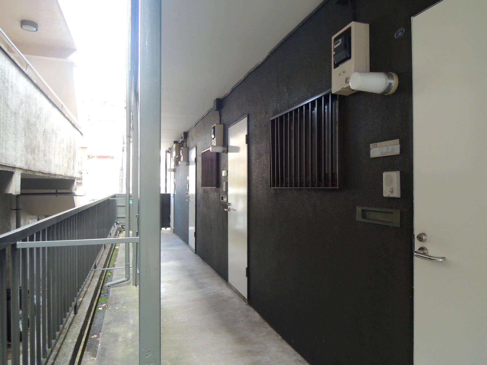 玄関前、共用部の外廊下。