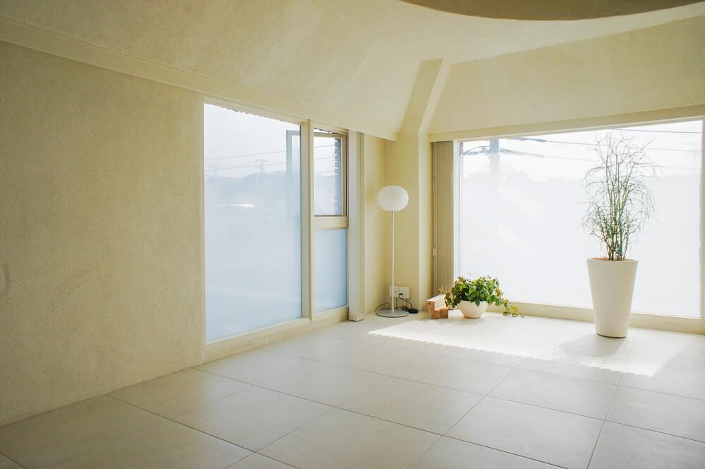 約10畳の洋室はフロアタイル敷き
