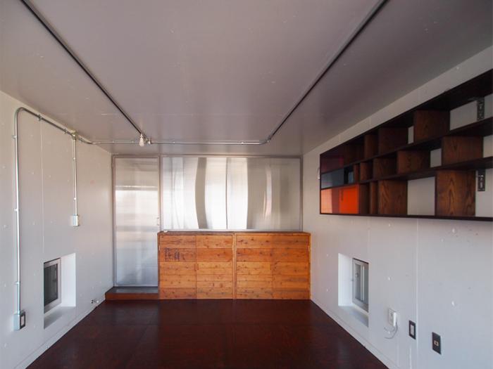 古材でつくられた棚がかっこいい。廊下からの光を通す扉、窓が軽やかでいい