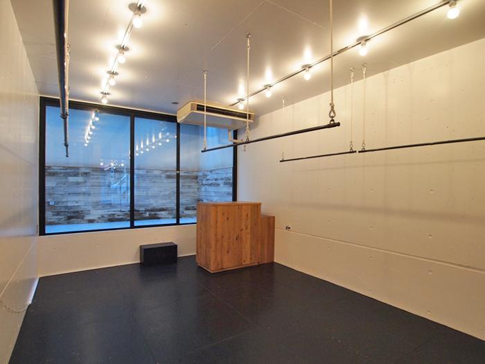 1階。もとはアパレル店舗としていたのでハンガーパイプが天井からつられている。移動が可能な造作のカウンターも