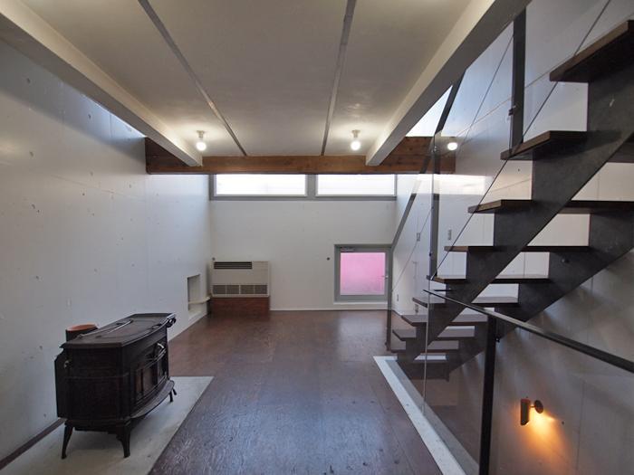 2階キッチン側から見て。暖炉は撤去予定。ここのフロアは床暖房付き。床はラーチの合板