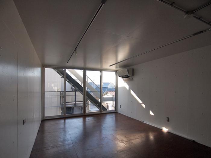 4階南西の個室。窓の外の階段から屋上へ行かれる