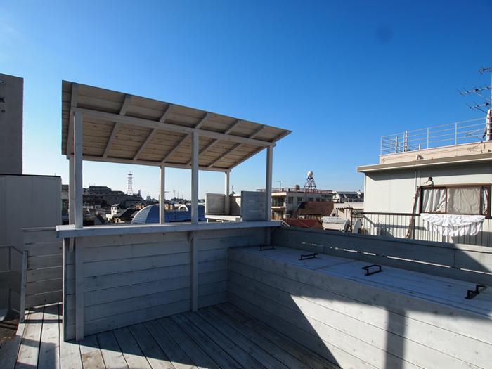 屋上には調理スペースついたカウンターが。ここでお酒を振る舞うイベントを開いたら楽しそう