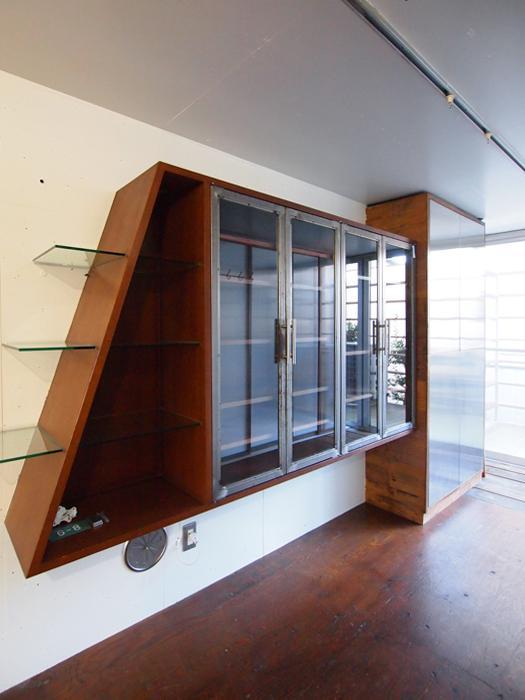 オーダーでつくられた棚もかっこいい。洗面室の正面に設置されている