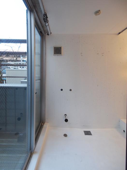 元浴室。浴槽もシャワーも撤去済み。改装を加えれば再度使うことも可能