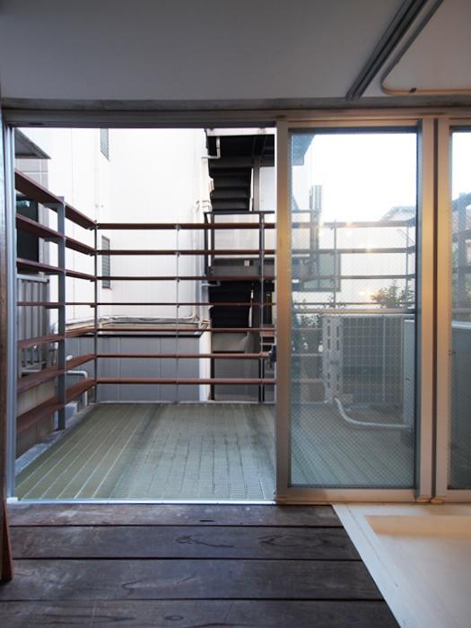 テラス。木でつくられたフェンスは棚としても使え、植物などを置くこともできる