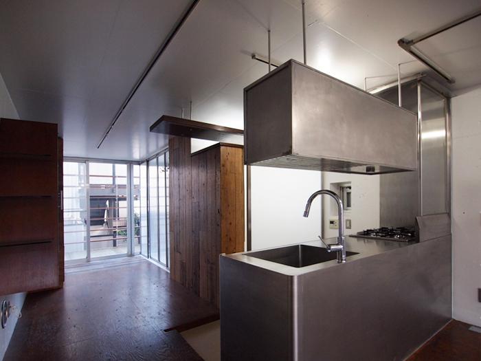 2階に造作のステンレスキッチン。細かい部分までこだわってつくられている