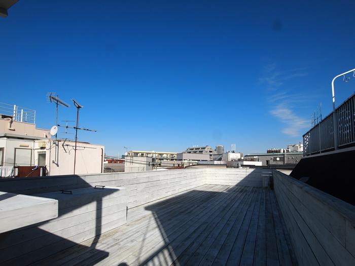 屋上。白いウッドデッキが敷かれたぜいたくな空間