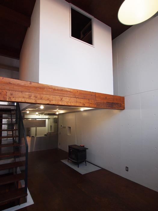 バードハウスのような箱が吹抜け2階の上に乗っている。中は大きなウォークインクローゼット